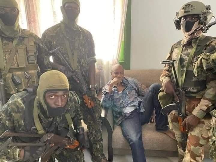 انقلاب عسكري في غينيا واعتقال الرئيس ألفا كوندي من طرف ضباب في الجيش (فيديو)